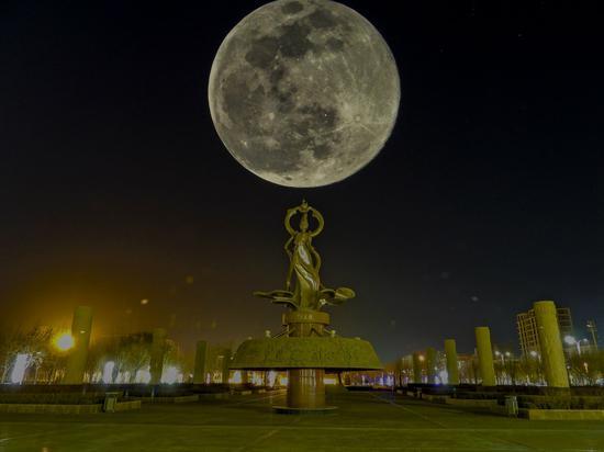 """""""超级月亮""""高悬新疆若羌夜空"""