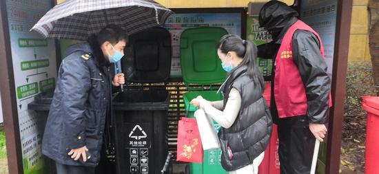 杨君和志愿者观察卡点环境卫生、消杀  胡丰盛 摄