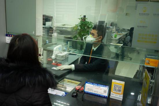 温州银行工作人员为客户办理业务。  温州银行供图