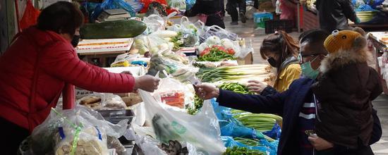 新疆库尔勒市生产生活有序恢复 市场商超人气涨