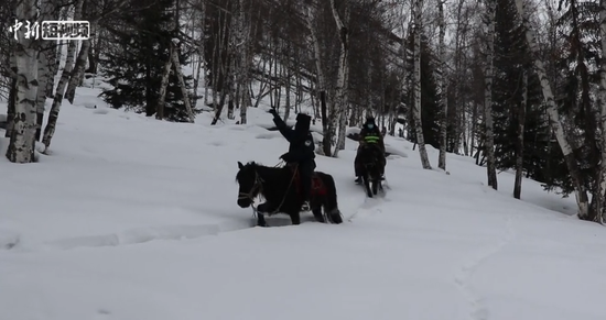 新疆阿勒泰边防:零下30度严寒中骑马踏雪巡边