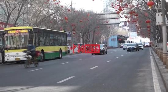 乌鲁木齐街头见闻:车流渐多 人气渐旺 繁忙依旧