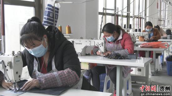 工人们正在缝纫机前忙碌着
