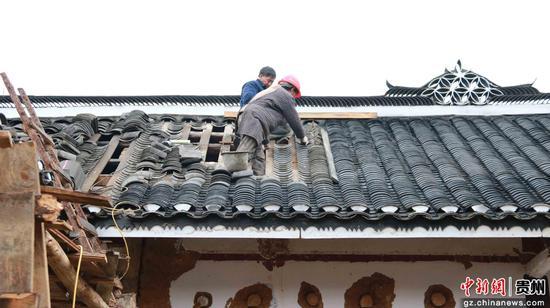 黔西县中建乡营盘村改建民宿瓦片翻新 周顺和 摄
