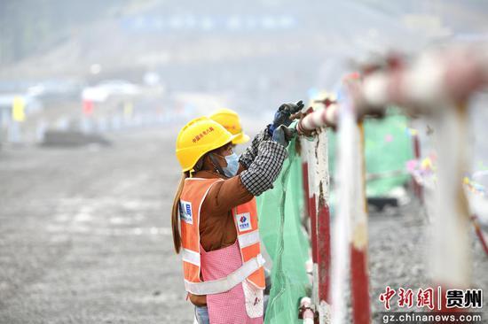 施工人员在安龙县平桥水库枢纽工程现场施工
