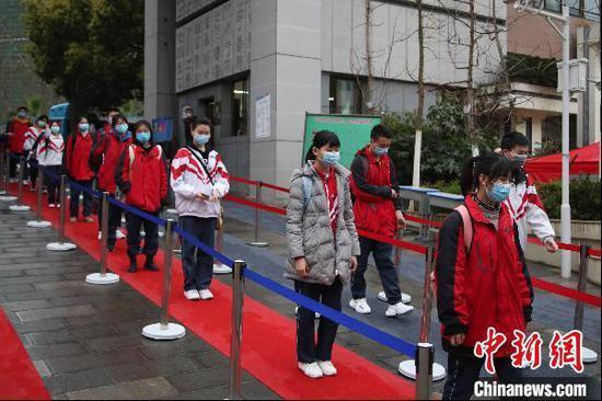 3月16日,贵州省贵阳市第十中学学生有序排队进入学校。当天,随着新冠肺炎疫情防控形势积极向好,贵州省内各中学高三初三年级开学复课,恢复正常教学秩序。 瞿宏伦 摄