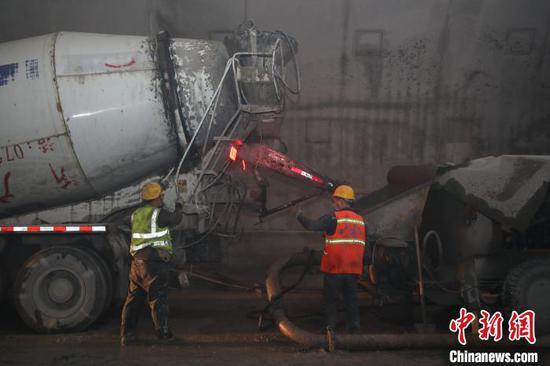 工人正在桐梓隧道(重庆端)进口右洞施工。 瞿宏伦 摄