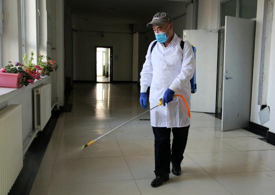 专业消杀人员在给教学楼消毒