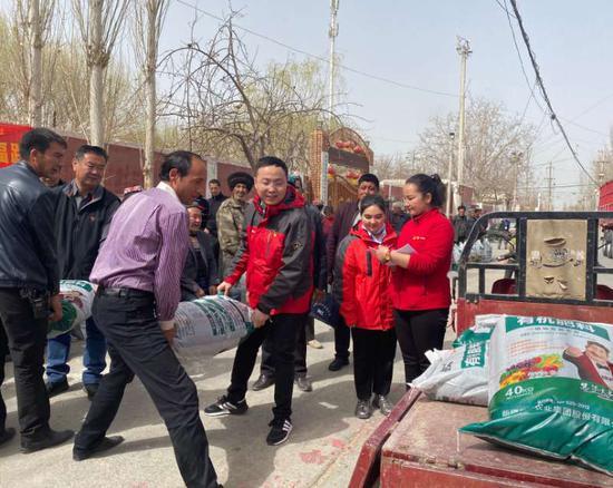 慧爾股份向和田地區貧困村捐贈愛心肥料120噸