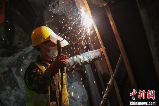 工人正在桐梓隧道(重庆端)进口左洞施工。 瞿宏伦 摄