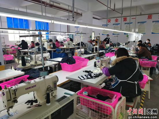 新丝南服饰织造有限公司加工车间内复工复产忙。孙磊 摄