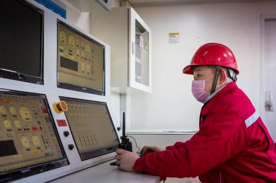 工作人员关注吉庆油田作业区油井压裂施工情况。