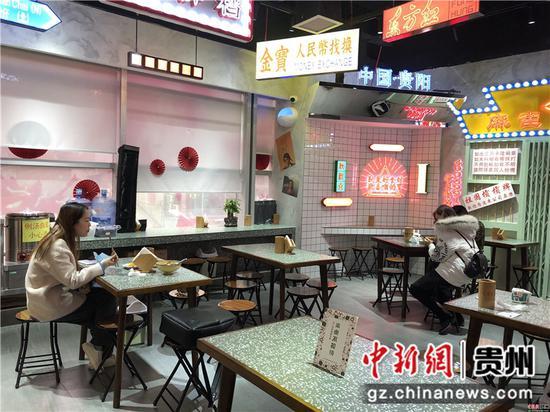 恢复堂食以后,顾客隔桌而坐。