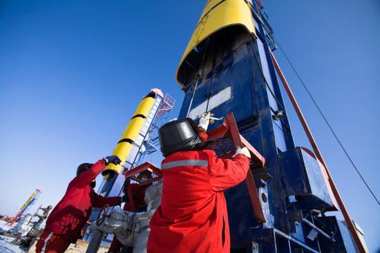 吉庆油田作业区为首口油井压裂做准备,换装采油树。