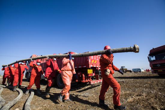 工作人员做好吉庆油田作业区现场压裂施工准备。