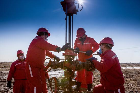 吉庆油田作业区实施2020年页岩油首口跨年井压裂工作。