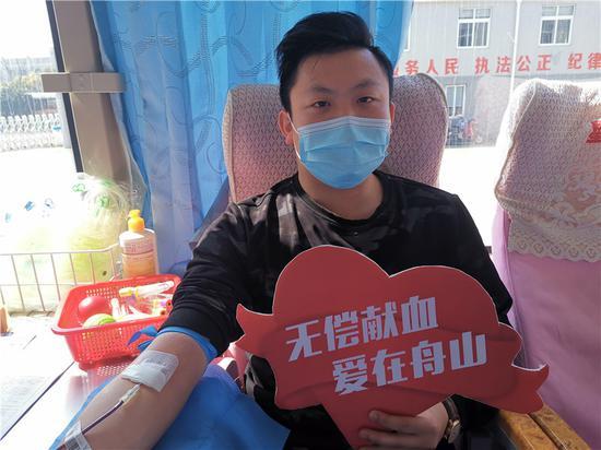 舟山市公安局巡特警支队组织无偿献血活动。  柴念 摄