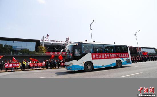 3月19日中午,贵州第七批支援湖北医疗队147名队员乘机从武汉返回贵阳。随后,医疗队员们乘坐大巴统一至指定地点进行集中隔离修养。图为不少市民到机场接机。张晖 摄