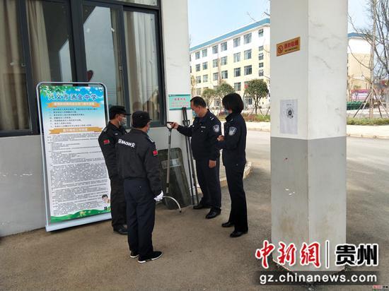 民警对学校内部进行安全检查