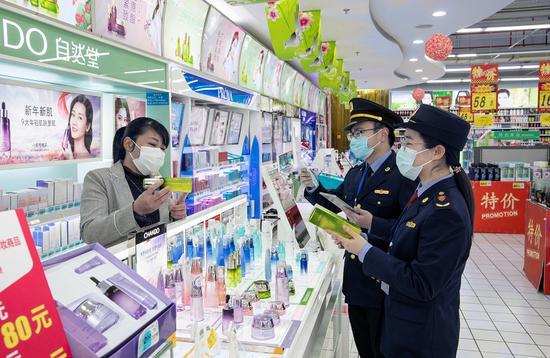 监管人员在化妆品商店检查。  浙江省药品监督管理局 供图