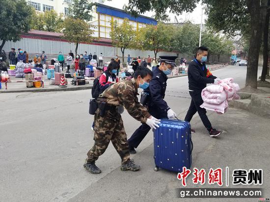 民警帮助学生搬行李