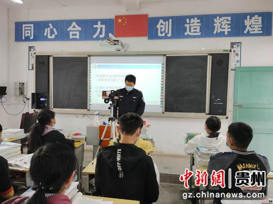 民警为学生上安全课