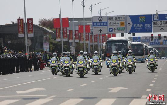 3月19日中午,贵州第七批支援湖北医疗队147名队员乘机从武汉返回贵阳。随后,医疗队员们乘坐大巴统一至指定地点进行集中隔离修养。图为医疗队队员返回贵阳。 张晖 摄