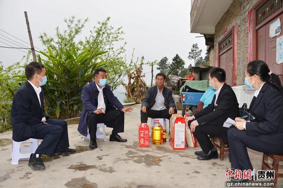 农信党员深入村组进行走访慰问