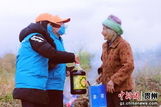 图为志愿者为杨秀半奶奶送去生活用品。