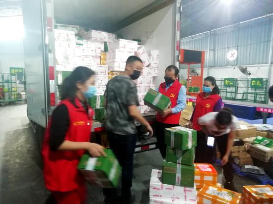 邮储银行、邮政公司工作人员帮助果农打开销路