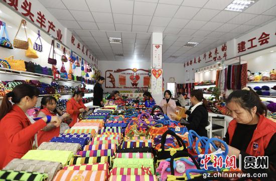 """贵州赤水市长期镇康桥社区,当地群众在""""扶贫车间""""钩织产品"""