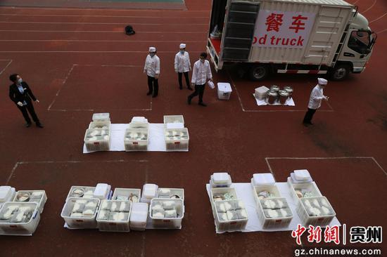贵州省凯里市相关部门给走读管理的凯里市第四中学九年级学生统一送午餐。杨仁海 摄