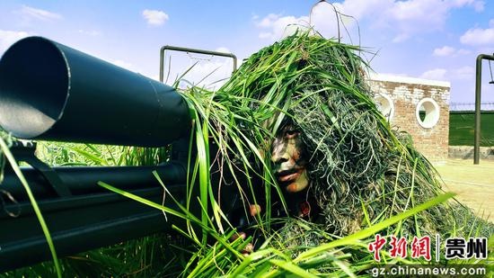 狙击手在进行潜伏伪装训练