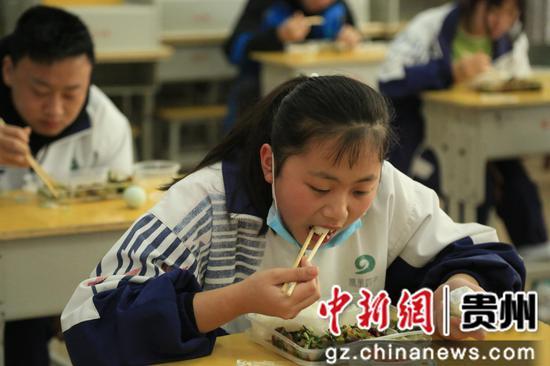 走读管理的贵州省凯里市第四中学九年级学生实行单人单桌就餐,保持1米距离。杨仁海 摄