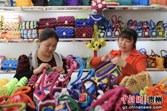 """贵州赤水市长期镇康桥社区,当地群众在""""扶贫车间""""钩织产品。"""