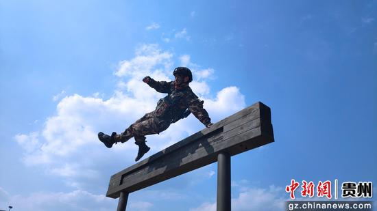 特战队员飞跃障碍
