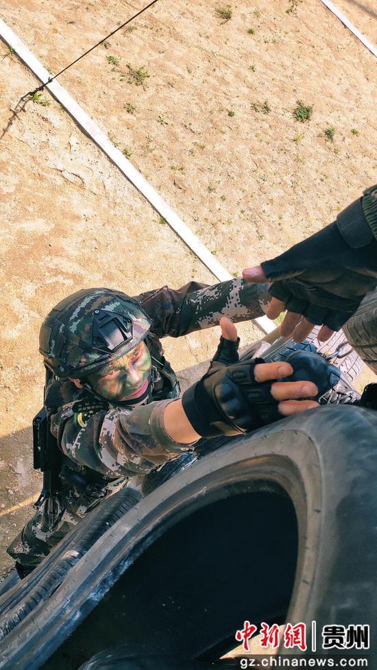 特战队员协同攀越障碍