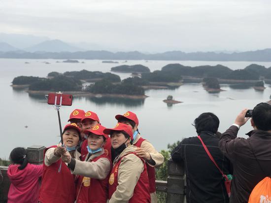 图为游客在千岛湖景区合影。江杨烨 摄
