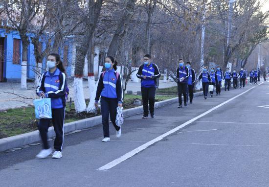 学生间隔1·5米排队入校。