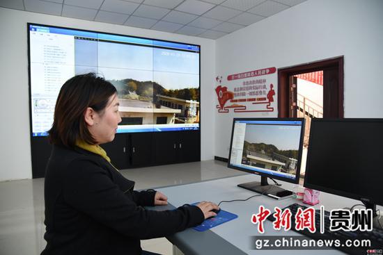 黄艳正在通过电脑操控摄影头观看森林防火情况