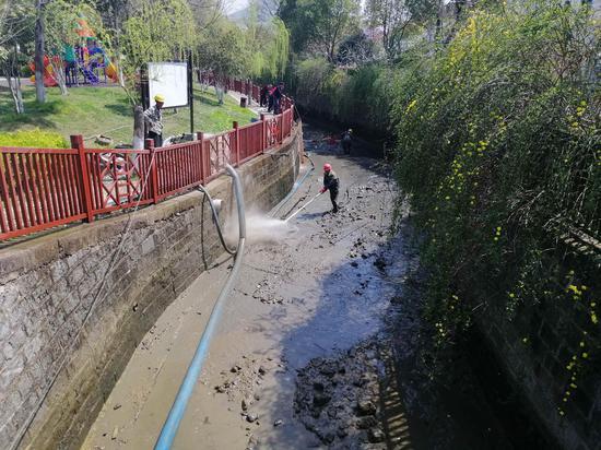 河道清淤 。吴拯 摄