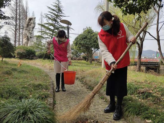 志愿者参与环境美化 。吴拯 摄