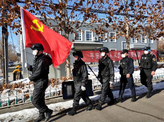 陈春平带领党员突击队在辖区巡逻。孟丹 摄