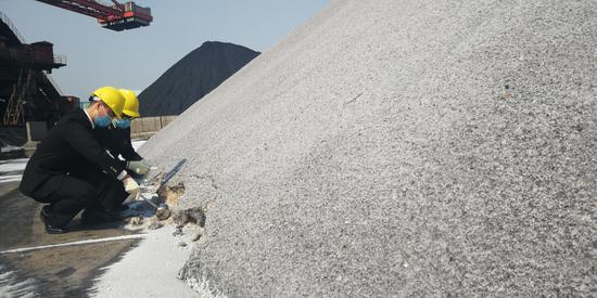 镇海海关关员加班查验进口工业盐。  镇海宣传部供图