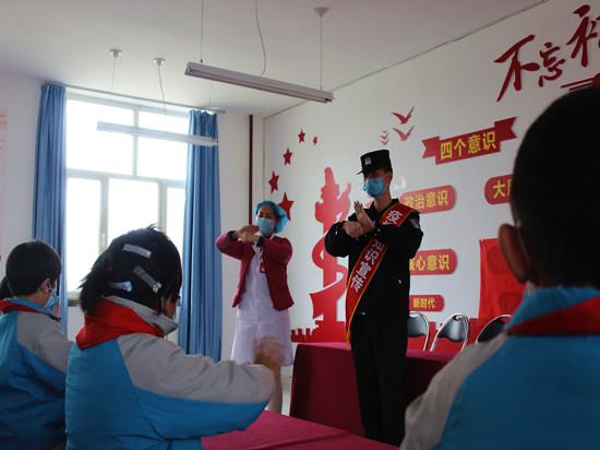 3月23日,民警正在为学示范洗手的正确方法。