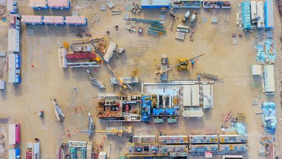 3月11日,西北油田工程服务中心TH12459井搬迁作业现场。 谭辉 摄