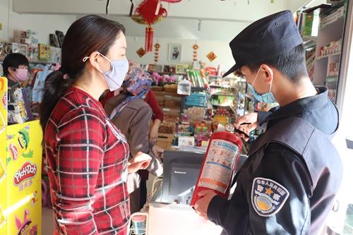 民警正在检查超市灭火器是否过期。石晓坤 摄
