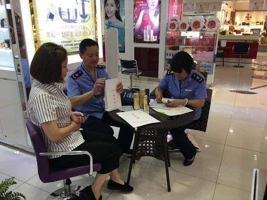 监管人员在对化妆品进行抽检。  浙江省药品监管局提供