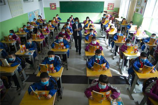 3月23日上午,洛浦县第二小学学生正在教室里上语文课(买买提艾力摄)