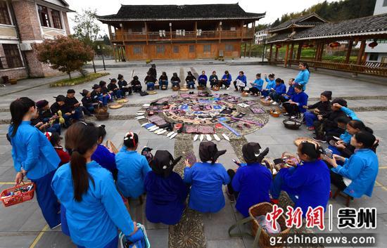 绣娘集中到平秋九寨侗族博物馆展示近期刺绣作品。